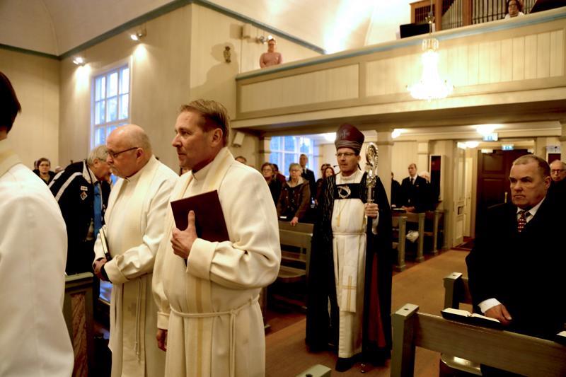 Piispa Jukka Keskitalo saapui pitämään piispanmessua kirkkoon ristisaatossa. Vasemmalla läänirovasti Erkki Huuki ja kirkkoherra Juha Karhulahti.