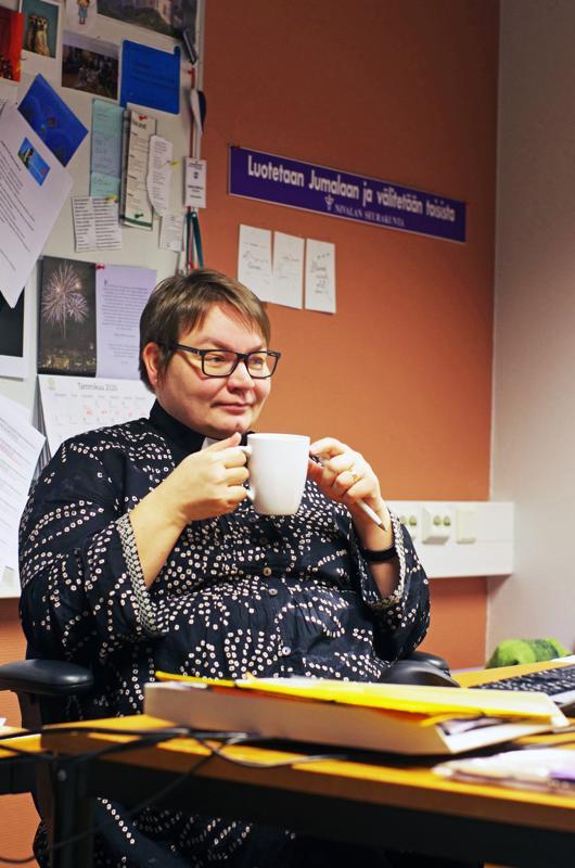 Kirkkoherra Sanna Jukkola on ehdolla kirkolliskokousedustajaksi.