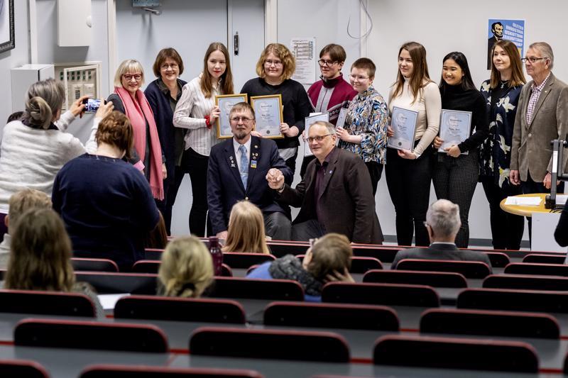 Puhetaitokilpailuun osallistui tänä vuonna 12 nuorta. Suomenkielisen sarjan voitti Vilma Kivelä (keskellä), toiseksi tuli Suvi Hirvelä ja kolmanneksi Thiyada Haeotai. Ruotsinkielisessä sarjassa voiton vei Olivia Skinnar, toiseksi tuli Jakob Holm ja kolmanneksi Martta Leipälä.