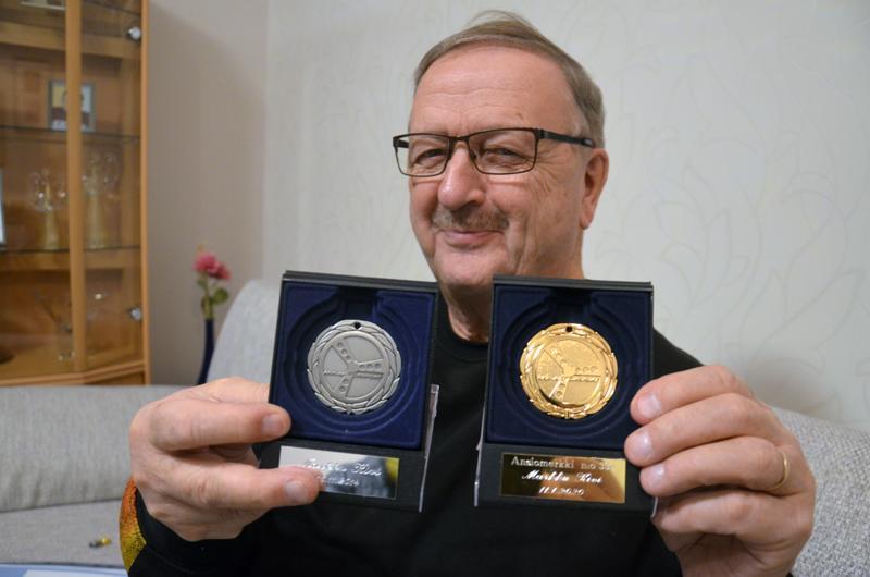 Markku Kivi on palkittu AKK:n hopeisella ja kultaisella ansiomerkillä. Pronssinen versio ylivieskalaiselta sen sijaan puuttuu.