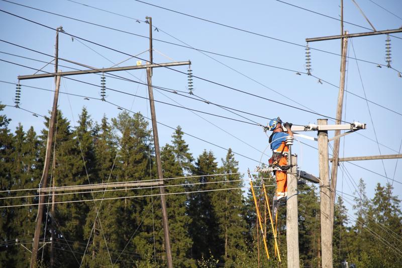 Korotuspainetta sähkönsiirtohinnoille aiheuttavat muun muassa myrskykestävyyteen tehtävät investoinnit. Suomessa on vielä noin miljoona sähkönkäyttöpaikkaa, joissa vaatimukset eivät täyty.