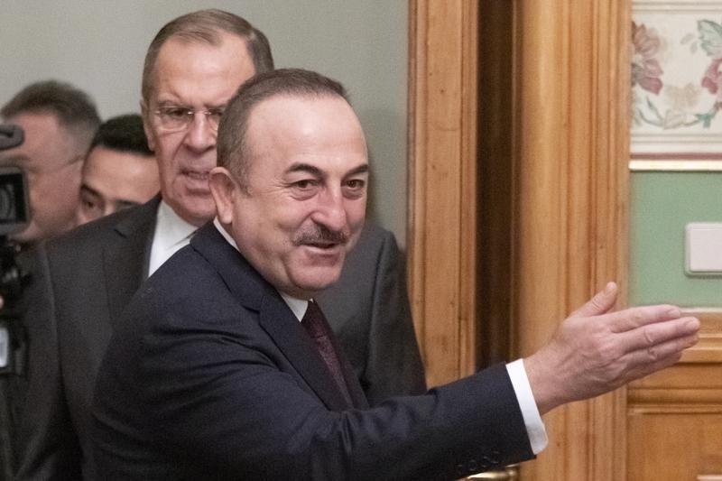 Turkin ulkoministeri Mevlut Cavusoglu (edessä) ja Venäjän ulkoministeri Sergei Lavrov toimivat välittäjinä Moskovan neuvotteluissa, joissa yritettiin saada tulitauko Libyaan.