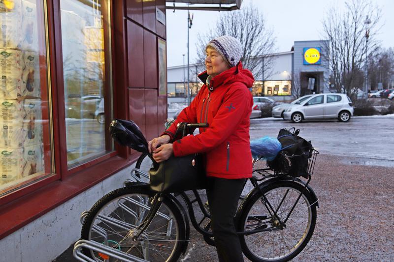 HELENA ERONEN: Liikun jatkuvasti pyörällä paikasta toiseen, teen pihahommia ja hakkaan polttopuita.
