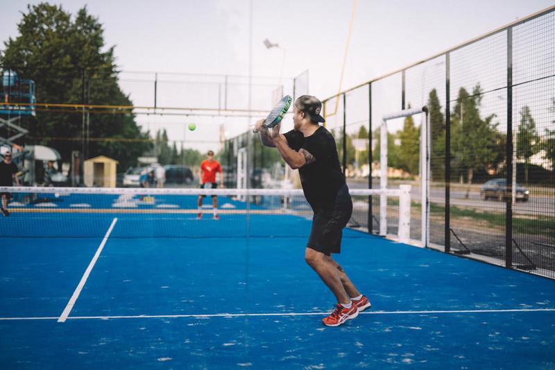 Padelia voi luonnehtia tenniksen ja squashin yhdistelmäksi. Meripuistoon rakentuu kaksi kenttää, joita ympäröivät karkaistusta lasista ja metalliverkosta valmistetut, noin kolmimetriset seinät.