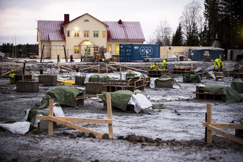 Uusi ja vanha. Kun etualalla näkyvä työmaa valmistuu ja Junttilan uusi koulu otetaan käyttöön, puretaan taustalla näkyvä vanha koulurakennus kuten myös toinen, vasemmalle kuvan ulkopuolelle jäävä rakennus.