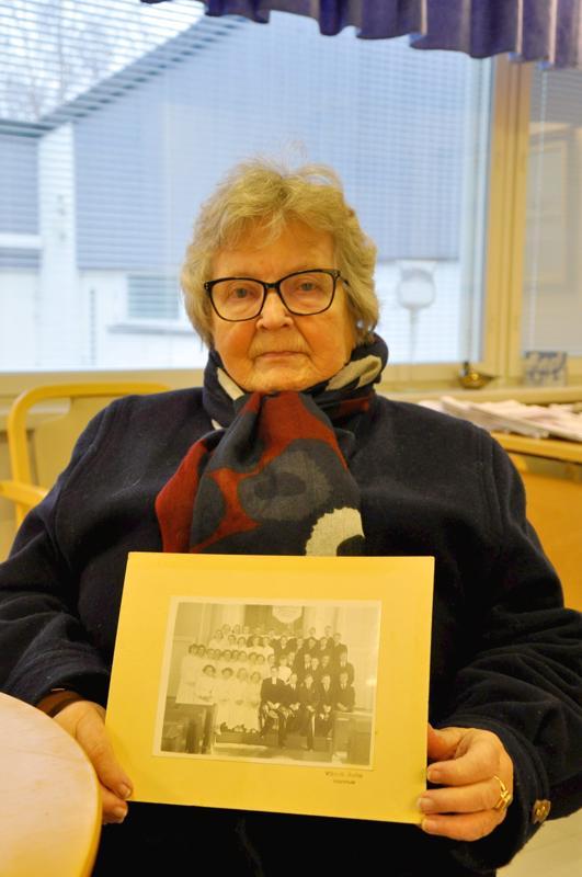 Sama kuva. Raija Backman (os. Soini) tunnisti oman rippikuvansa Lestijoki-lehdestä.