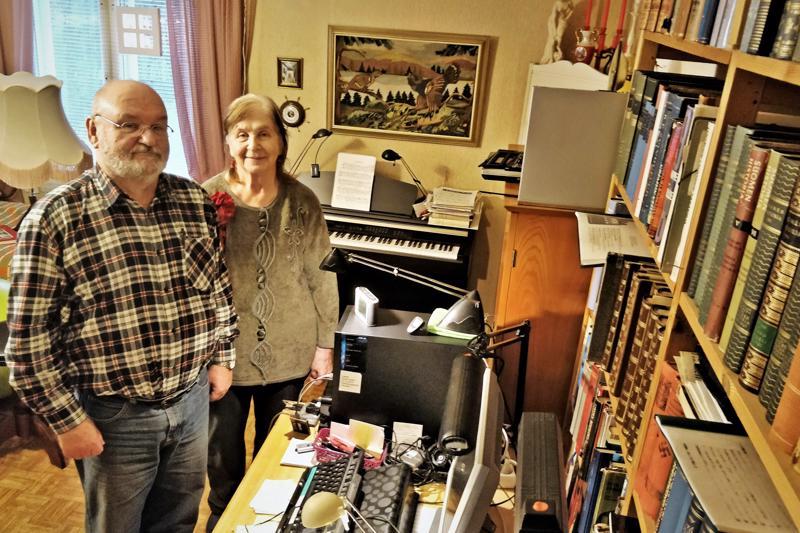 Historia ja valokuvaus ovat Seppo Kurvisen rakkaita harrastuksia, Terttu Laitisen intohimona on kirkkourkujen, pianon ja nokkahuilun soitto. 29– Vielä  kun oppisi soittamaan viulua. Kummallakin on omat työpisteet sekä Kokkolan että Pietarsaaren asunnossa.