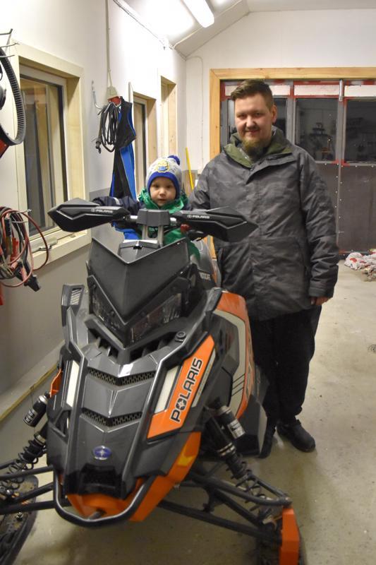 Talvea odotellessa. Ilmari Koskela harrastaa moottorikelkkailua. Miikka-poika tykkää myös kelkkailusta.