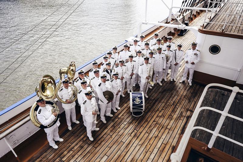 Laivaston soittokunta musisoi Pietarsaaressa tiistaina yhdessä paikallisten soittajien kanssa.