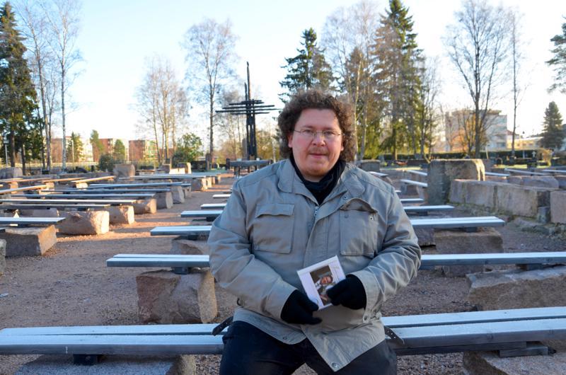Aki Hietala Ylivieskan palaneen  kirkon raunioilla syksyllä 2017.