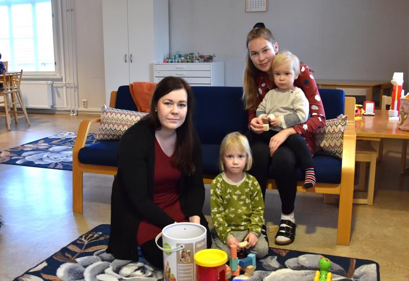 Uusissa tiloissa. Varhaiskasvatuspäällikkö Johanna Keskisalo ja ryhmäperhepäiväkodin työntekijä Roosa Ypyä leikkimässä Nelly ja Elmer Junttilan kanssa.