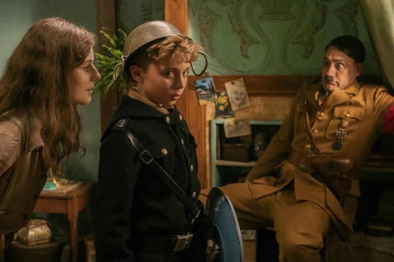 Lapsinäyttelijät Thomasin McKenzie ja Roman Griffin Davis kiistelevät ohjaaja Taika Waititin kanssa siitä, oliko natsi-Saksassa oikeasti näin hauskaa.