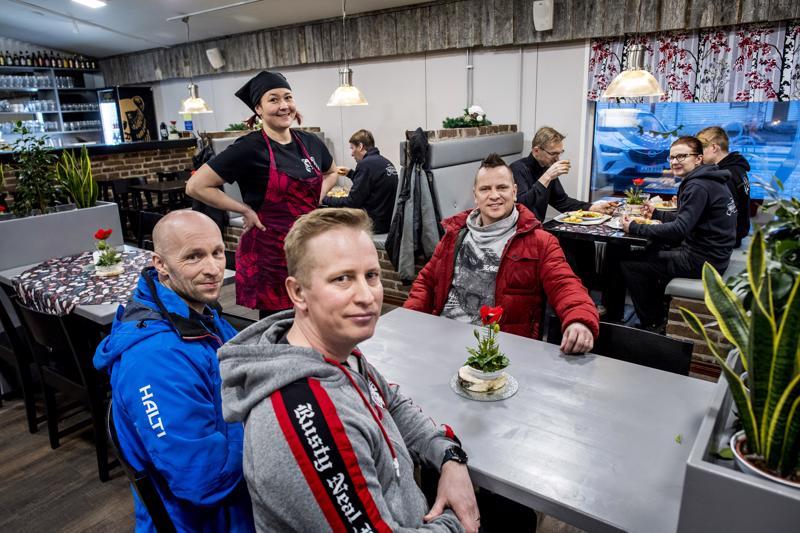 Lissun baarissa käy paljon entisiä talkoolaisia. Liisa Kangasvierelle ravintolaa remontoimassa olivat muun muassa Petteri Rautio (vas.), Mika Sipilä ja Tero Sipilä.