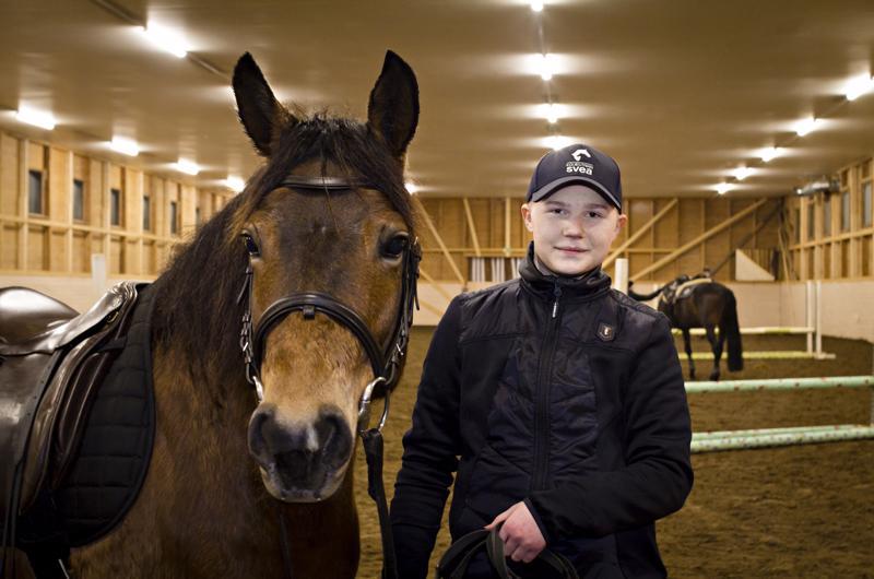 Eemeli Mehtälä käy katsomassa ja hoitamassa hevostaan päivittäin tallilla Hiekkasärkillä ja myös ratsastaa useimpina päivinä.