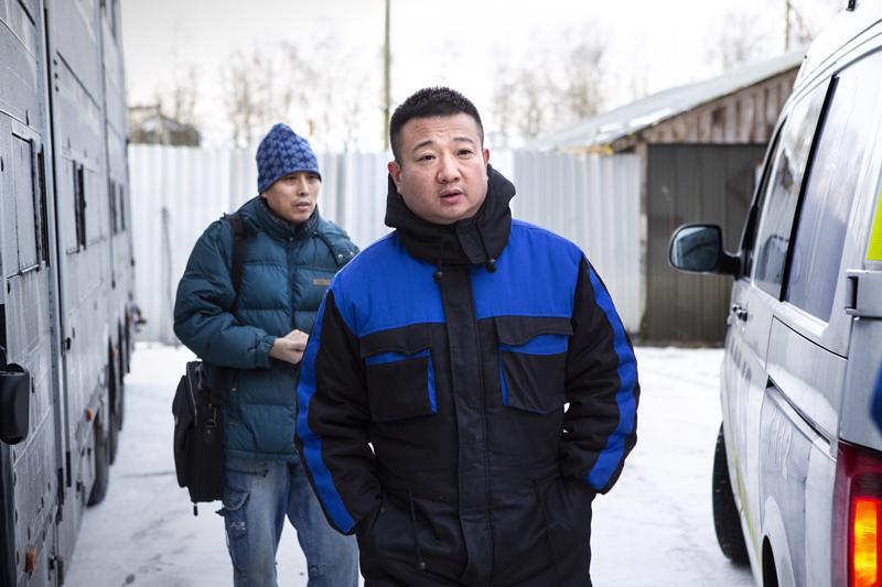 Tarhan omistaja Pan Jian Ping ja hänen avustajansa Zheng Hui (takana) hälyttivät poliisin apuun häätämään suomalaiset turkistarhurit tontiltaan.