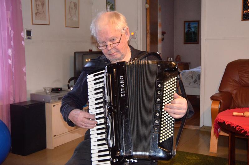 Lumeton tammikuu. Heikki Finnilä soitti Martti Yli-Kotilan säveltämän Lumeton tammikuu-kappaleen. Kappale pohjautuu vuoden 1973 lumettomaan tammikuuhun.