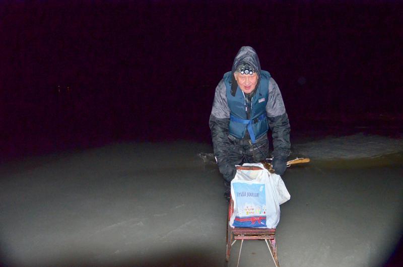 Tuulee, vettä tihuuttaa, pimeää...Pentti Uusitalolla on verkoille matkaa kolmisen kilometriä. Matka taittuu hyvin potkukelkalla. Kädessä on myös vanha leimuukirves, jos sattuu jää pettämään.