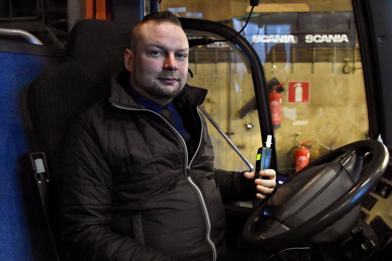Tuomo Karvonen toivoisi, että tilausajojen kilpailuttajat kiinnittäisivät enemmän huomiota kalustoon eikä vain euroihin. Esimerkiksi lain mukaan kaikissa tilausajona ajettavissa päiväkoti- ja koulukuljetuksissa pitäisi autossa olla alkolukko, mutta aika vähän sitä osataan vaatia tarjouspyynnöissä.