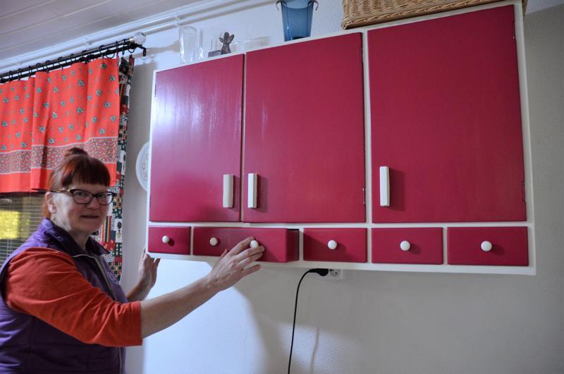 Punainen on Merja Väänäsen lempiväri. Hän maalasi kunnostamansa kaapiston lempipunaisellaan.