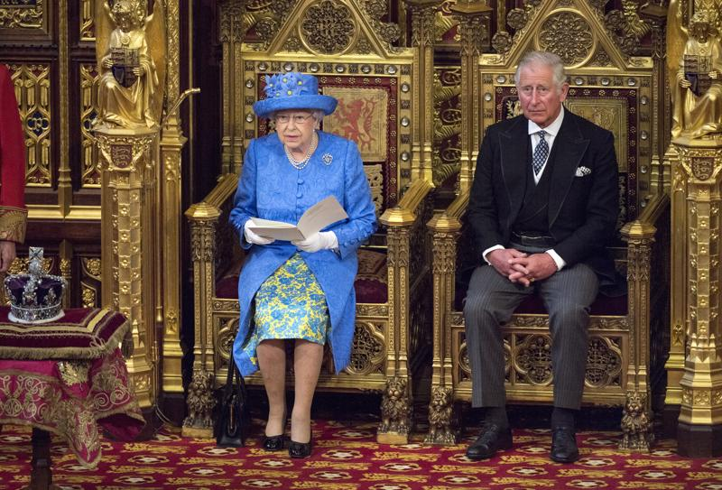 Äiti ja poika. Kuningatar Elisabet, 93, on tällä hetkellä maailman vanhin vallassa oleva monarkki. Hänen pojastaan prinssi Charlesista, 71, tullee puolestaan Britannian vanhin valtaan noussut hallitsija.