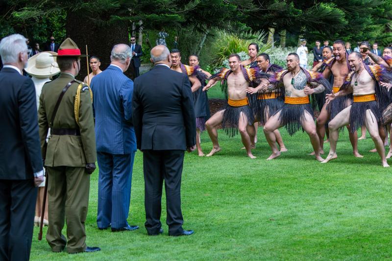 Walesin prinssi ja Cornwallin herttuatar vierailivat viime marraskuussa Uudessa-Seelannissa. Ohjelmaan kuului maorisotilaiden seremoniallinen esitys.
