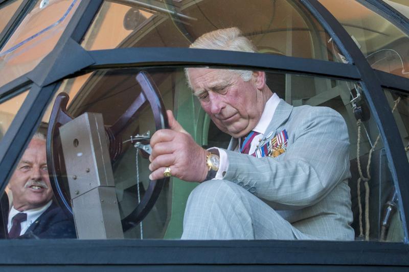 Hollantilaisessa ilmasotamuseossa prinssi Charles asettui toisessa maailmansodassa käytetyn liitokoneen puikkoihin. Liittoutuneet hyödynsivät liitovoimaa muun muassa Hollannin vapauttamisessa vuonna 1944.