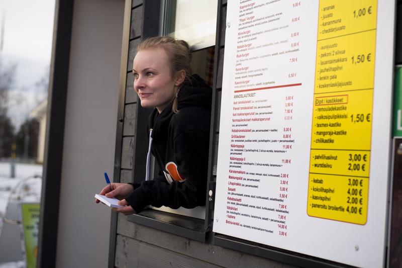 Säde Liikala on yksi autogrillin työntekijöistä. Grillin suosituimpia annoksia ovat olleet Rysky- ja Makupala-hampurilaiset.
