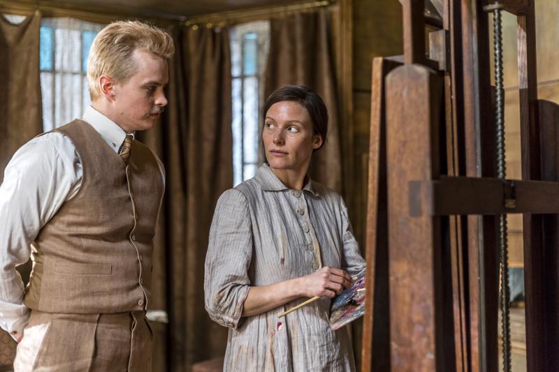 Kuvan runoilija Schjerfbeck (Laura Birn) ja miesmuusansa Reuter (Johannes Holopainen) taiteen äärellä.