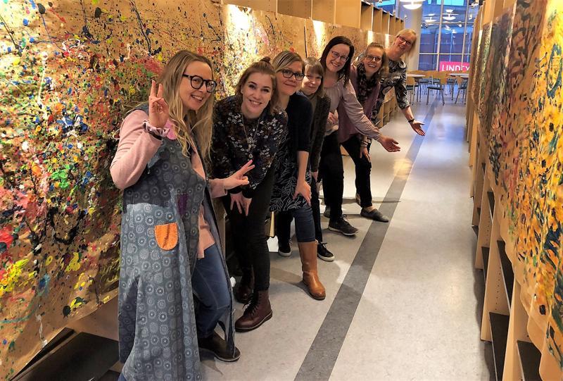 Luovuuskouluttaja Leena Vainion ryhmän ovat muodostaneet Milla Liikanen, Taina Marja-Aho, Maria Kontas-Sanogo, Anne Jokela, Miia Lipponen ja Kirsi Kokkonen.
