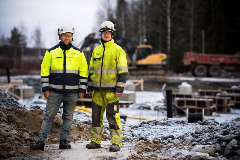 Pääurakoitsija Jivaco Oy:n toimitusjohtajan Antti Vähäsöyringin (vas.) omatkin lapset pääsevät nauttimaan uuden koulun tiloista. Vastaavana mestarina työmaalla on Lassi Aitto-oja.