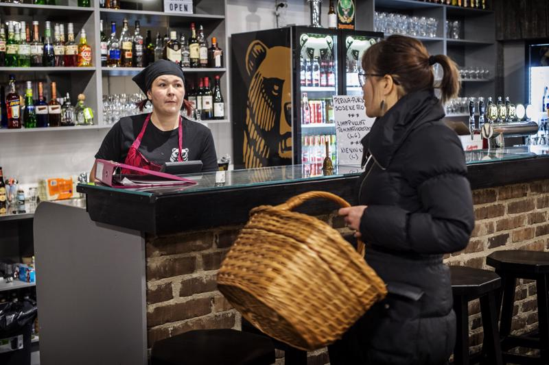 Lissun baarissa on tarjolla monipuolinen lounas. Mari Suihkonen juttelee ravintolayrittäjä Liisa Kangasvieren kanssa.