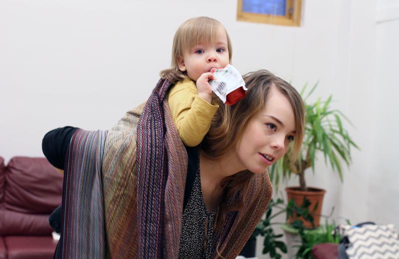 Kun lapsi tottuu kantoliinaan, hän osaa olla rauhallinen jo liinan sitomisvaiheessa. Tässä mallia näyttävät Väinö ja Jenni Huhtala.
