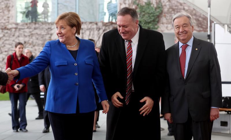 Saksan liittokansleri Angela Merkel johtaa Libya-huippukokousta sunnuntaina Berliinissä. Vieressä ovat paikalle saapuneet Yhdysvaltain ulkoministeri Mike Pompeo ja YK:n pääsihteeri Antonio Guterres.