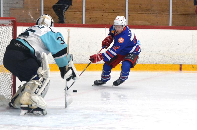 Tommi Klemetti nousi maalille, mutta Riemu-vahti Juuso Laukkanen esti hyökkääjän maaliaikeet.