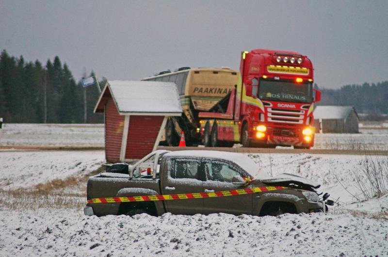 Henkilöauto suistui törmäyksestä pellolle. Linja-auto piti hinata pois onnettomuuspaikalta.