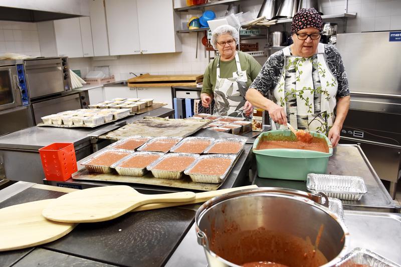 Kirkon Keitto -ateriat valmistetaan talkootyönä. Mukaan on lupautunut sekä yhteisöjä että yksittäisiä henkilöitä. Arkistokuvassa seurakuntakeittiöllä talkoissa Hillevi Tiirola ja Irja Niemimäki.