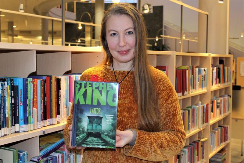 Ullavassa asuva Minna Puronaho kertoo lukevansa parhaillaan kirjailija Stephen Kingin teosta Laitos.