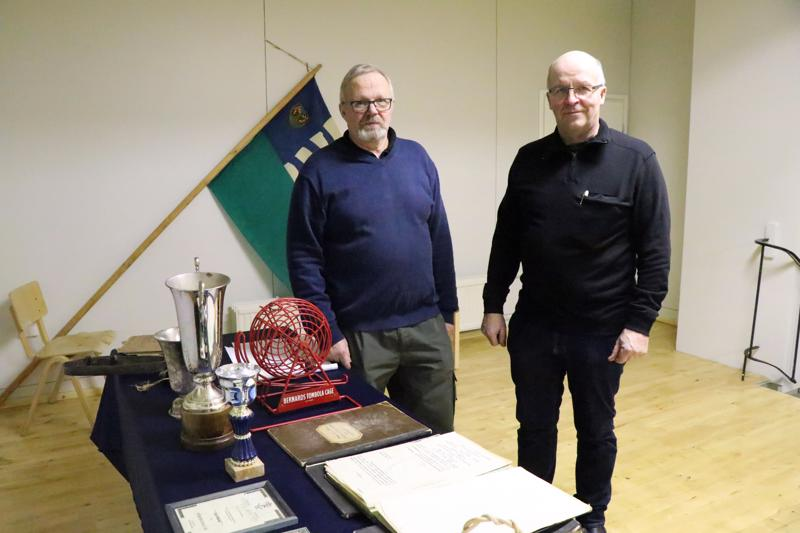 Heikin päivänä seurojentalolla oli näytillä myös seurojentalon historiaa kuvaavaa esineistöä. Esittelypöydän ääressä Olavi Lassila ja Matias Kinnunen.