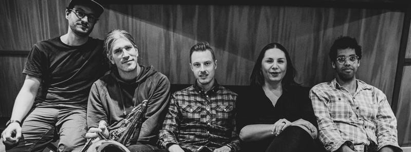 DANTCHEV:DOMAIN -yhtyeessä Anna Dantchev laulaa ja soittaa tupan-rumpua. Muut muusikot ovat Erno Haukkala, pasuuna ja sousafoni, Kenneth Ojutkangas, tuuba ja kitara, Antti-Pekka Rissanen, rummut sekä João Luís, perkussiot ja vibrafoni.
