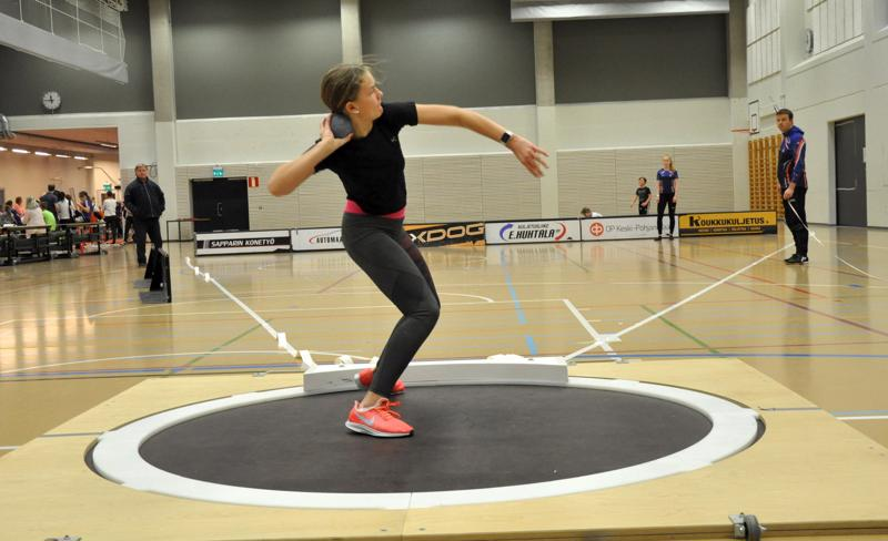 Saana Koskimäki voitti 15-vuotiaiden tyttöjen kuulantyönnön Lohtajalla järjestetyissä hallikilpailuissa.