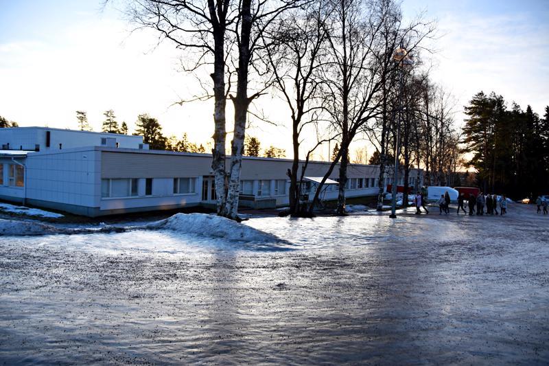 Yläkoulun Mäkirinteen puoleinen siipi katoaa kyläkuvasta kevään aikana.