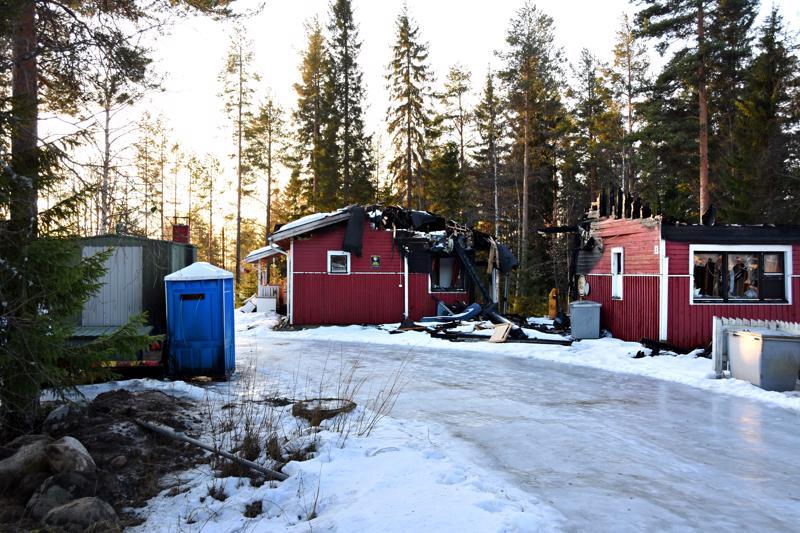 Oravatiellä on talven aikana syttynyt kolme tulipaloa. Kahdessa ensimmäisessä, punaiset rakennukset tuhonnessa palossa epäillään talon asukkaalla olleen osuutta asiaan. Viimeisintä, kuvan vasemman laidan parakin paloa epäillään  ulkopuolisen sytyttämäksi.