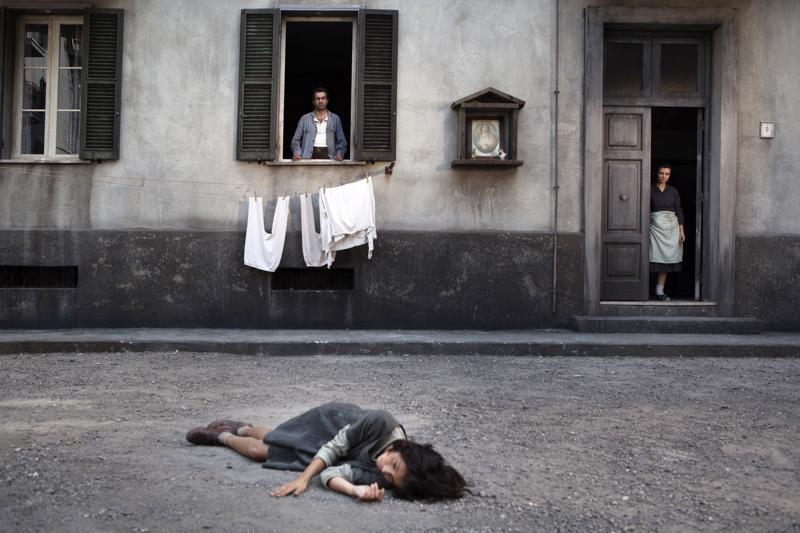 Köyhän italialaisen työläisperheen tytär Lila (Ludovica Nasti) ei pääse keskikouluun tv-sarjassa Loistava ystäväni.