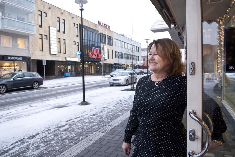 Yrittäjä Hanna Niemi on tyytyväinen Rantakadun uudistukseen, mutta hän olisi toivonut, että kaupunki olisi jakanut huomautuksia väärinpysäköinnistä pidempään joulun alla.