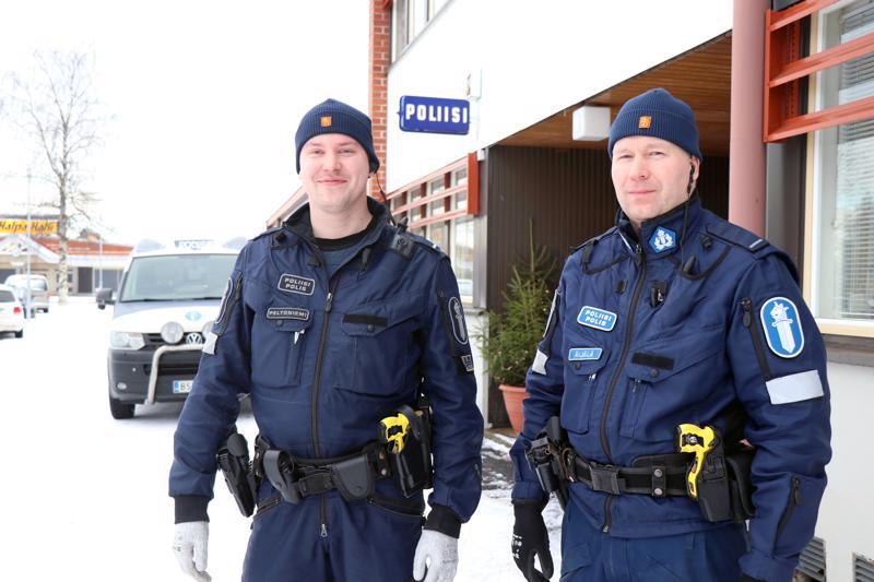 Jimi Peltoniemen ja Pauli Äijälän muodostama poliisipartio aloittaa työvuoronsa nykyään Kaustisen poliisiasemalta. Aiemmin lähtöpaikkana oli Kannus.