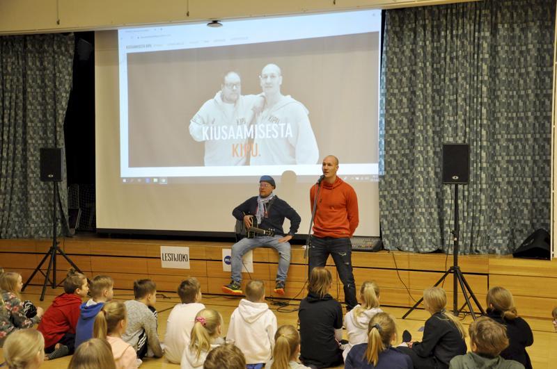 Ollaan kivoja, ei kiusata. Muusikko Mikko Kartano ja nyrkkeilijä Amin Asikainen muistuttivat Takalon koululla Kannuksessa, että kiusaaminen sattuu.