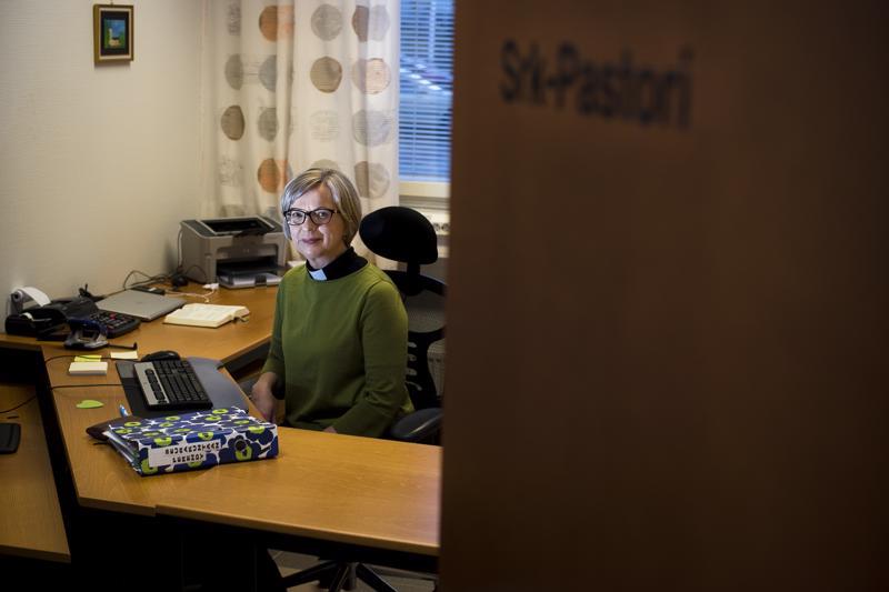 Seurakuntapastori Marjo Parttimaa on nauttinut ensimmäisistä työpäivistään Nivalan seurakunnassa. Hän havainnoi suurella mielenkiinnolla, onko työskentely Nivalassa erilaista Etelä-Suomen seurakuntiin verrattuna.
