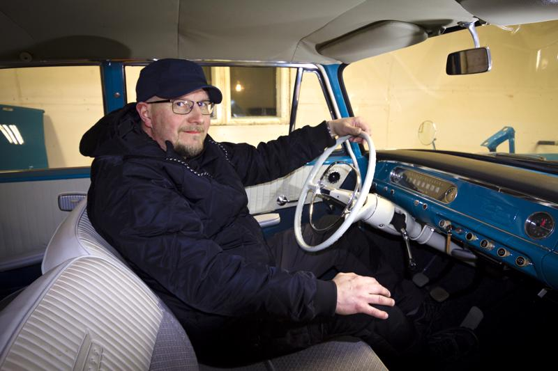 Markku Takalo Opel Rekordinsa ratin takana. Penkkien kangasosat uusittiin, muuten sisustan materiaalit elvytettiin alkuperäisistä.