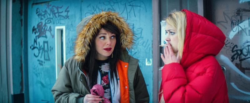 Bilesiskot tupakkatauolla. Oona Airola ohjaa Mimosa Willamoa kaidalle polulle Miia Tervon lumoavassa ensifilmissä Aurora.
