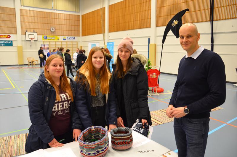 Nuorten asialla. Peppi Syri, Riika Ypyä ja Ellen Ranta-Nilkku olivat tyytyväisiä rekrymessujen antiin. Leader-neuvoja kyseli nuorten mielipiteitä tulevan EU-ohjelmakauden linjauksiin.